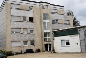 Large property with office building and hall - conversion or demolition possible