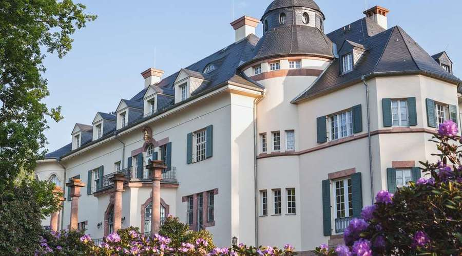 Art Nouveau residence for trade and hotels - no monument protection & large property